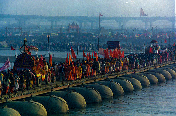Kumbh_Mela2001.By Yosarian (Own work) (CC BY-SA 3.0)